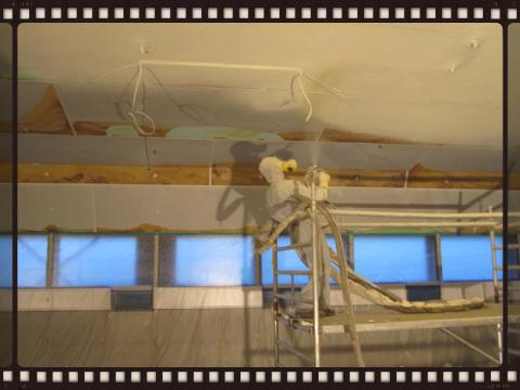 Fugen in Isolierplatten mit Spritzschaum überarbeiten
