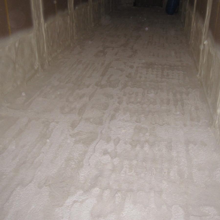 Mit Polyurethanschaum beschichteter Boden nach dem Abschleifen