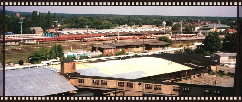 Dach einer Industriehalle mit Polyurethan Schaum isolieren