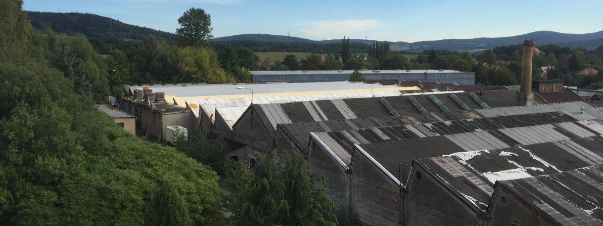 Altes Industriedach mit Polyurethan Spritzschaum energetisch sanieren