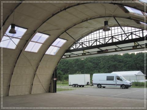 Tonnendach Flugzeughalle innen gedämmt mit Spritzdämmung
